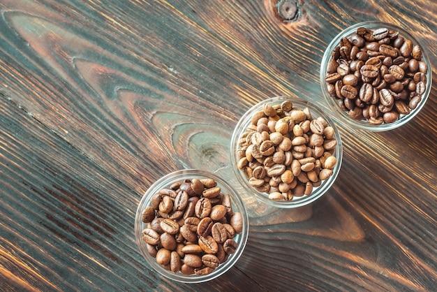 Miski różnych rodzajów ziaren kawy