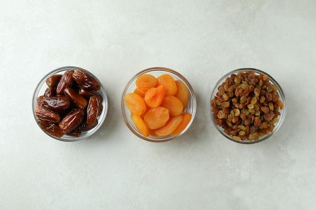 Miski szklane z suszoną żywnością na białej powierzchni teksturowanej