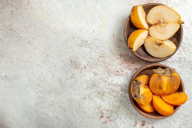 Miski z gruszki i palmy po prawej stronie z białego marmuru