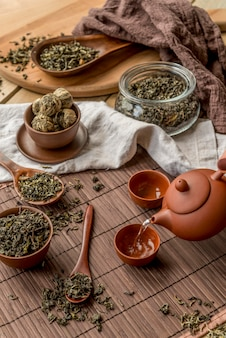 Miski z herbacianymi ziołami i czajnikiem