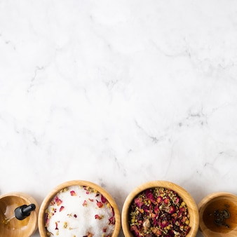 Miski z naturalnymi produktami do pielęgnacji skóry z miejsca na kopię