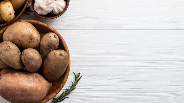 Miski z naturalnymi warzywami i miejsce do kopiowania