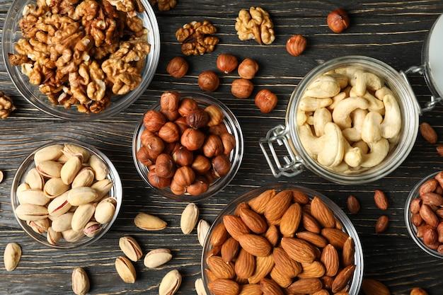 Miski z różnymi orzechami na podłoże drewniane. żywność witaminowa