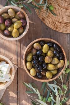 Miski z różnymi rodzajami oliwek: zielone czarne oliwki kalamata z oliwą z oliwek