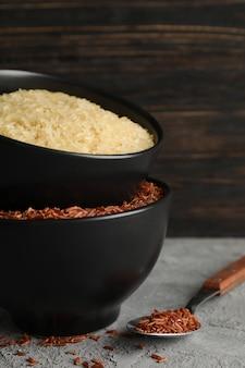 Miski z ryżem i łyżką na szary stół