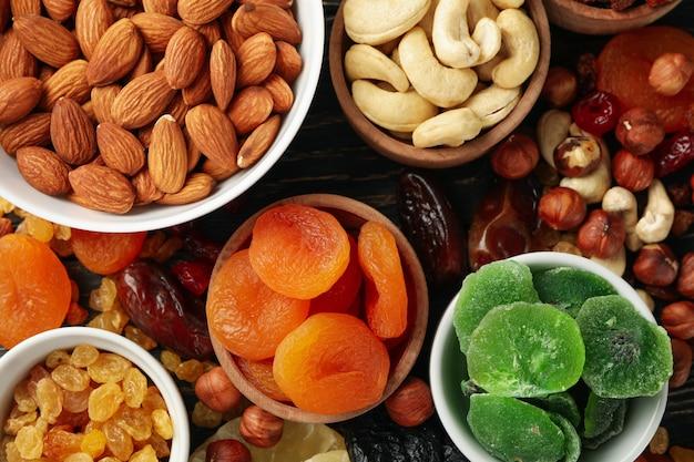 Miski z suszonymi owocami i orzechami, widok z góry