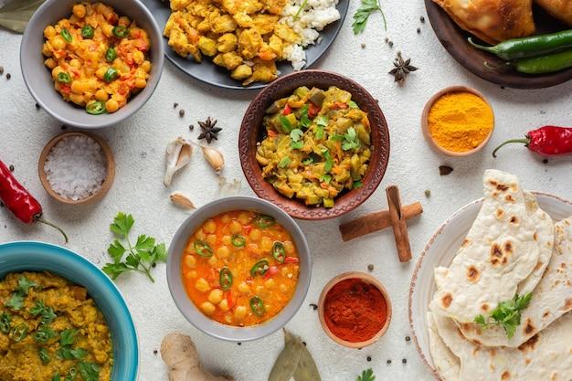 Miski z widokiem z góry z indyjskim jedzeniem
