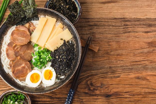 Miso Ramen Azjatycki Makaron Z Jajkiem, Kuchnia Japońska. Premium Zdjęcia