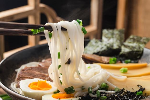 Miso ramen azjatycki makaron z jajkiem, kuchnia japońska.