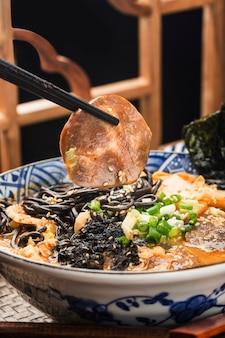Miso ramen makaron azjatycki z smażonym makaronem z sosem mątwy