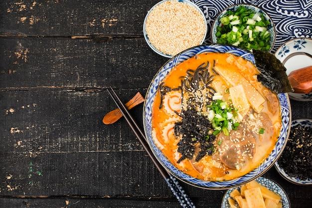 Miso ramen makaron azjatycki z< smażony makaron z sosem z mątwy