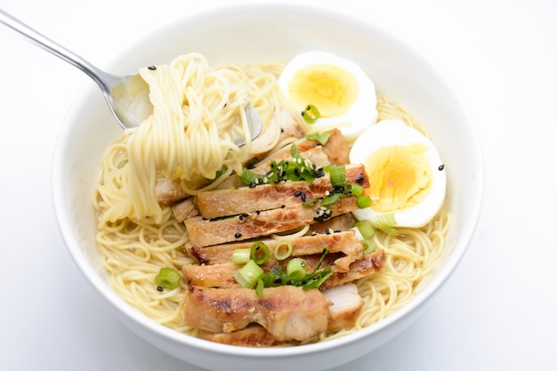 Miso ramen z jajkiem i wieprzowiną, domowe japońskie jedzenie