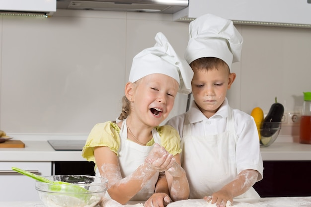 Missy little chefs piecze coś do jedzenia w kuchni