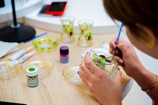 Mistrz dekorowania szklanki do herbaty akrylem