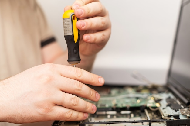 Mistrz komputera trzyma śrubokręt