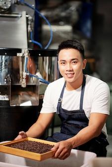 Mistrz ma pracę w fabryce kawy