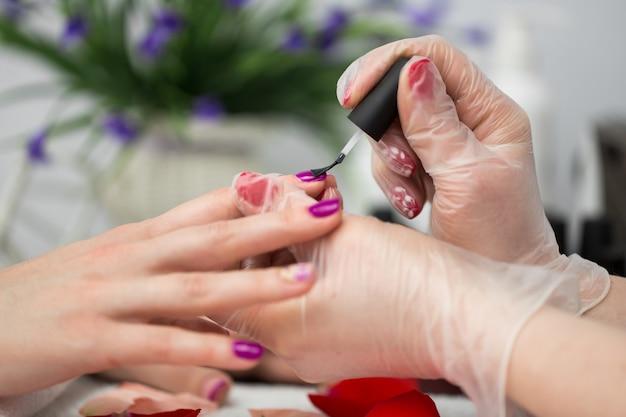 Mistrz nakładania lakieru na paznokcie u kobiety