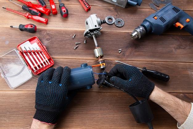 Mistrz naprawia zepsute urządzenie elektryczne