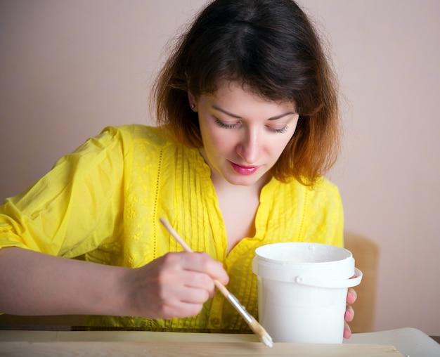 Mistrz obróbki drewna w pracowni malowania elementów drewnianych
