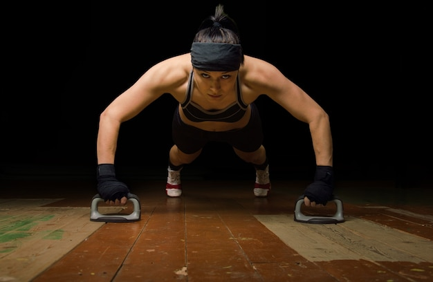 Mistrz świata w boksie tajskim na przygotowania do kolejnych zawodów. pompki z podłogi na siłowni