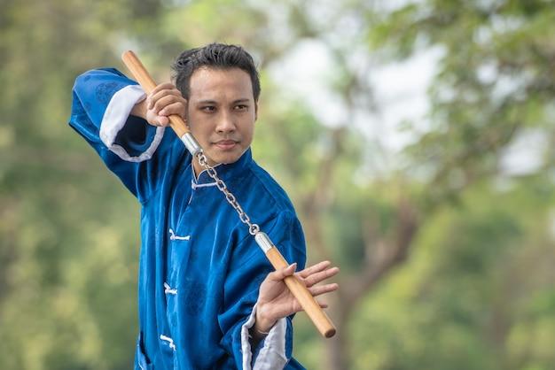 Mistrz tai chi chuan ręce postawy treningu w parku, trening chińskich sztuk walki.