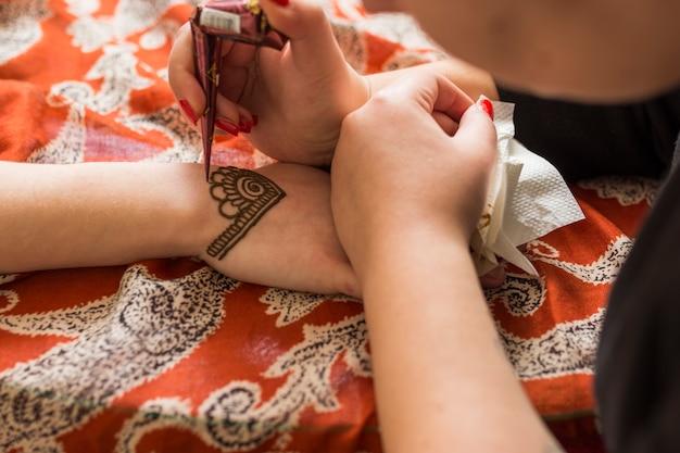 Mistrz tatuażu mehndi na dłoni lady