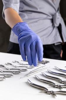 Mistrz w salonie kosmetycznym zabiera narzędzia do manicure.