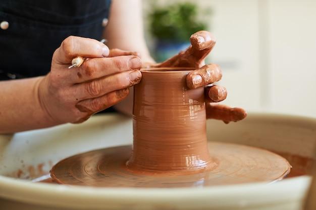 Mistrzowska klasa dotycząca produkcji wyrobów glinianych, praca na kole garncarskim.
