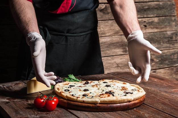 Mistrzowska klasa kulinarna. gotowanie pysznej włoskiej pizzy od profesjonalnego pizzaiolo.