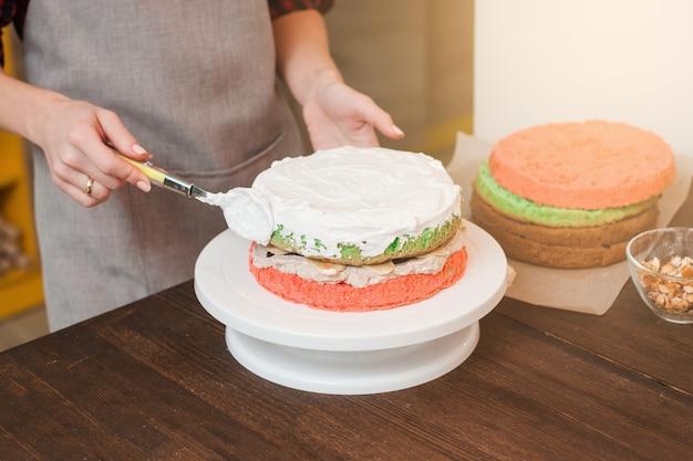 Mistrzowskie warsztaty robienia kolorowych ciastek biszkoptowych z białym kremem