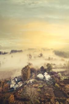Mistyczny magiczny wiejski mglisty krajobraz