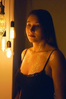 Mistyczny portret dziewczyny ze złotym cyberpunkowym wzorem.