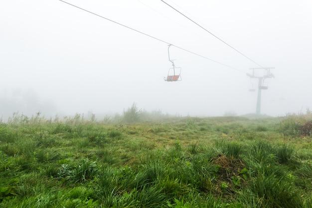 Mistyczny pusty wyciąg krzesełkowy we mgle