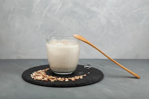 Misugaru latte lub misutgaru na szarym tle tradycyjny koreański wieloziarnisty shake