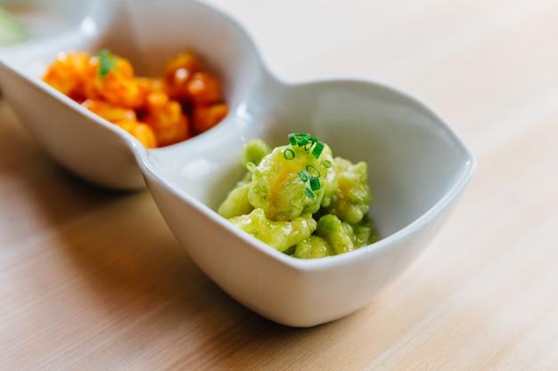 Mix krewetek popcorn z tysiącem sosu z wyspy i sosem wasabi podany z sałatą w majonezie.