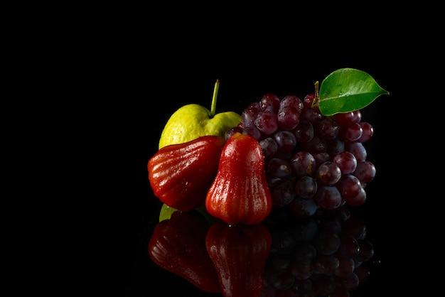 Mix owoców na czarnym akrylu