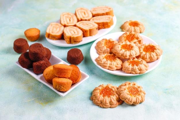 Mix słodkich ciasteczek, bułka do ciasta, mini babeczki.