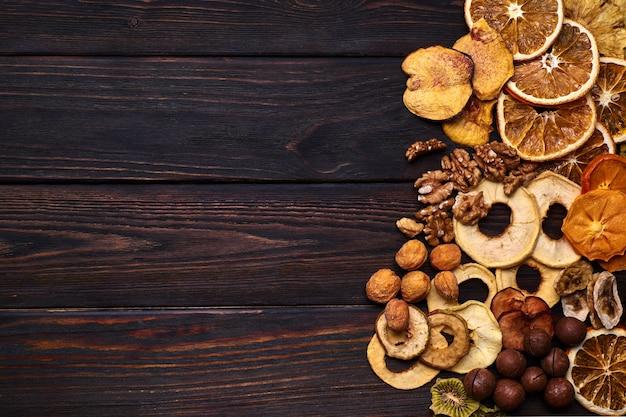 Mix suszonych owoców i orzechów na drewnianym stole