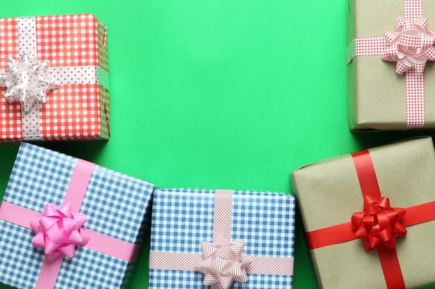 Mix świąteczne pudełko umieszczone na zielonej podłodze papieru sztuki i mieć miejsce na kopię.
