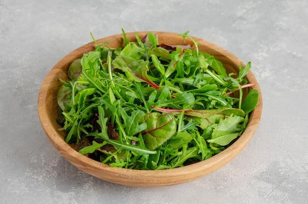 Mix świeżych liści sałaty w drewnianej misce. zdrowe jedzenie.