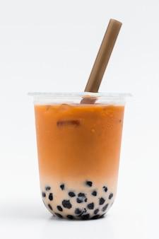 Mleczna herbata bąbelkowa w plastikowym kubku