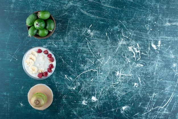 Mleczny koktajl z owocami i jagodami na bok. zdjęcie wysokiej jakości