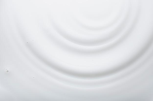 Mleczny krem lub balsam do twarzy lub ciała na białym tle