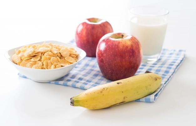 Mleka, jabłka, bananów i płatków kukurydzianych