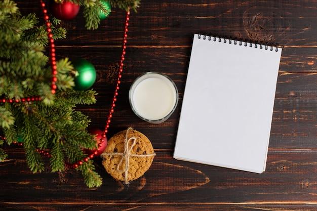 Mleko, ciastka i lista życzeń pod choinką