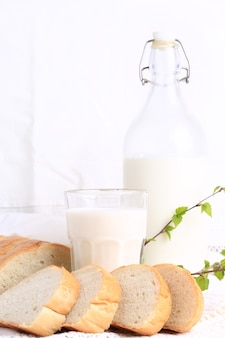 Mleko i chleb na białym tle koronki bio produkt ekologiczny świeże wypieki zdrowy styl życia