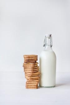 Mleko i ciasteczka na jasnym tle