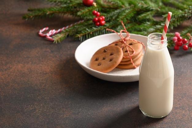 Mleko i ciasteczka świąteczne dla mikołaja