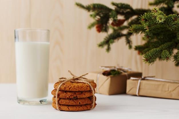 Mleko i ciastka dla świętego mikołaja pod choinką