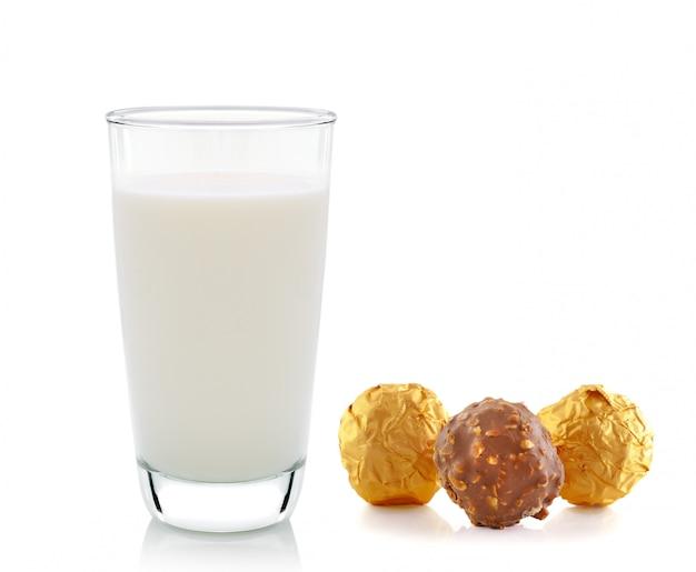 Mleko i czekolada odizolowywający na biel przestrzeni